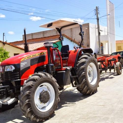 Vila Nova do Piauí recebe máquina agrícola do Governo do Estado