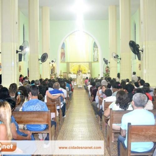 Católicos lotam Igreja para celebrar a Missa de Natal em Simões