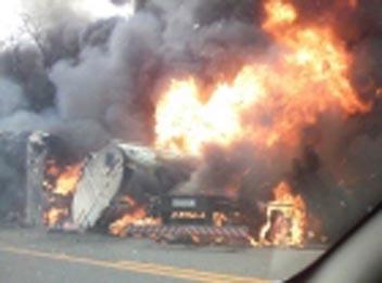 TRAGÉDIA | Ônibus explode ao colidir com caminhão-tanque e somente três sobrevivem