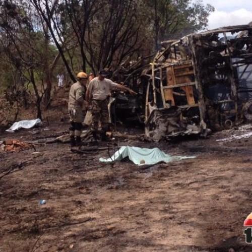Sete corpos já foram retirados dos destroços do ônibus incendiado no Piauí