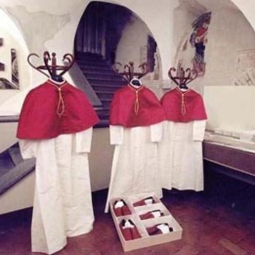 Bandidos invadem igreja, furtam equipamentos e levam até batina de padre