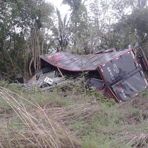 Caminhão banda Moleca 100 Vergonha capota em Miguel Alves