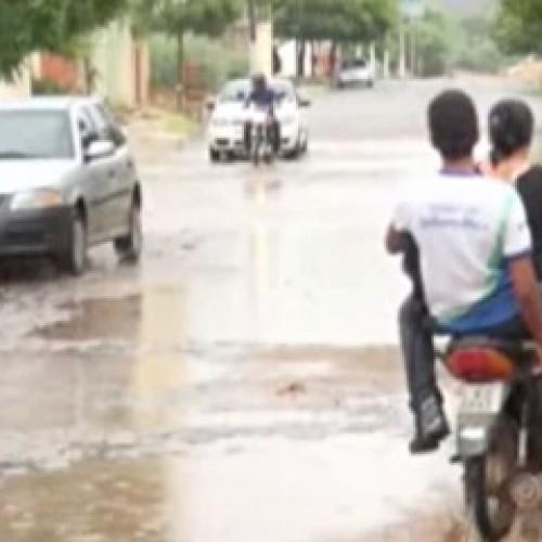 Moradores improvisam barreiras para evitar invasão da água em Picos