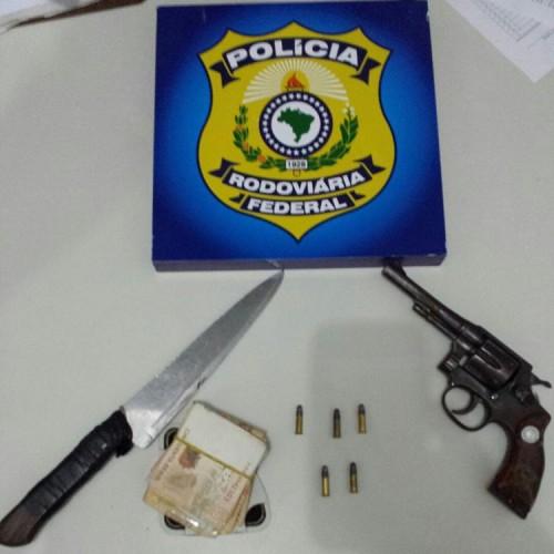 Caminhoneiro é preso pela PRF por crimes de porte ilegal de arma e furto de animais