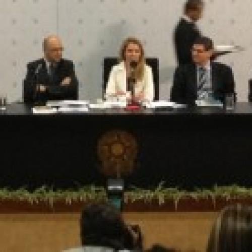 Candidatos a presidente da Câmara debatem reforma política com novatos