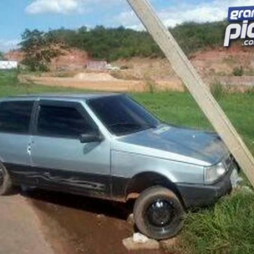 PICOS   Carro colide, arranca poste e condutor desaparece