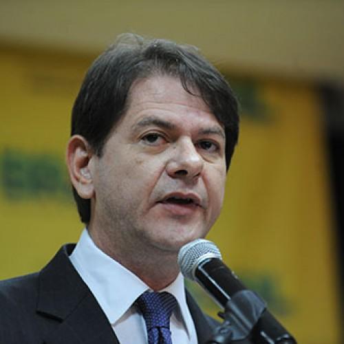 Novo ministro deve anunciar aumento de 14% nos salários dos professores