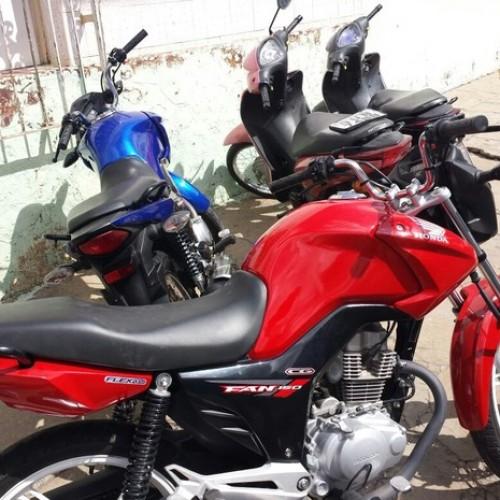 Polícia encontra carro e motocicletas roubadas após vítima usar GPS