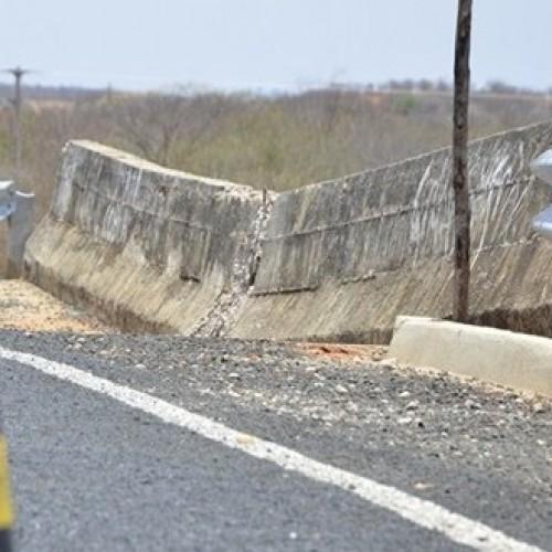 Após denúncia, DER interdita ponte que está rachada e ameaça desabar