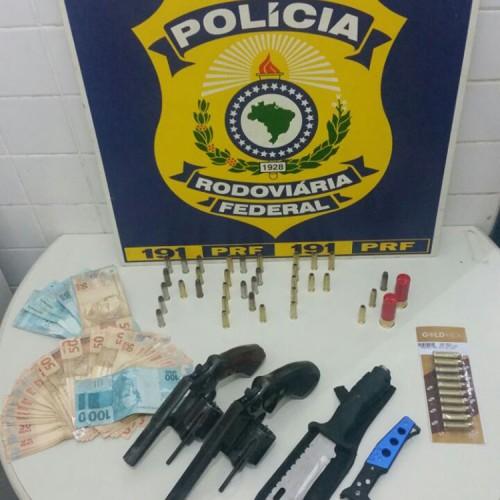 PRF prende dupla com armas, munições e dinheiro no Piauí