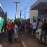 Moradores usam ônibus para interditar BR-135 em protesto por segurança