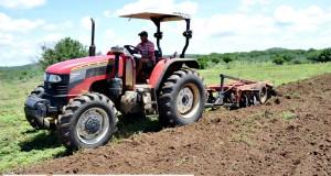 Prefeitura de Curral Novo prepara terra de agricultores familiares para o plantio