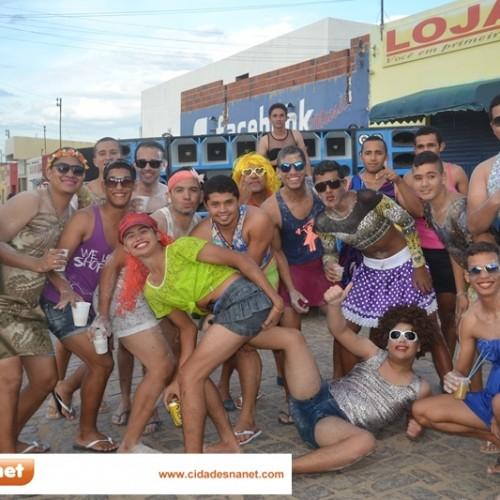 Bloco com homens vestidos de mulheres desfila e faz a festa em Simões; veja fotos