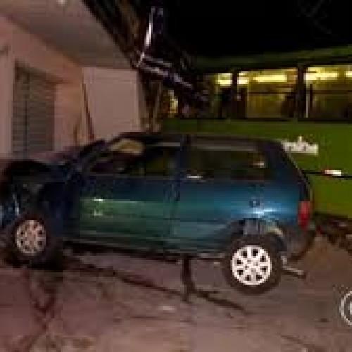 Ônibus colide com carro, derruba poste e invade loja em Teresina