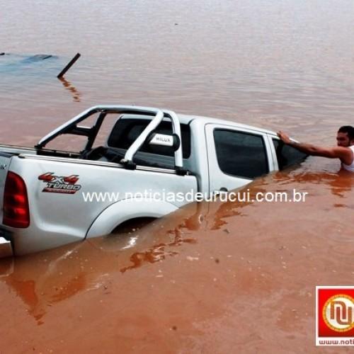 Balsa afunda com Hilux de vereador no interior do Piauí