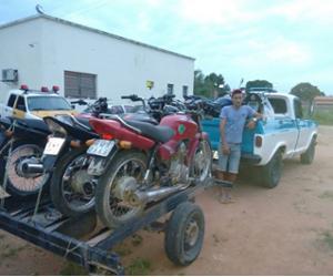 Polícia apreende picape com motos de chassi adulterado; seriam revendidas