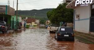 Chuva desta madrugada deixa as ruas de Picos alagadas; Fotos!