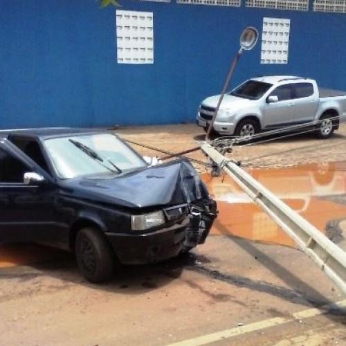 PICOS |  Carro colide em poste no bairro Catavento