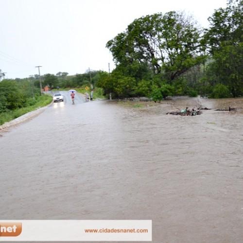 Forte temporal traz alegria e gera transtornos em Massapê do Piauí; veja imagens