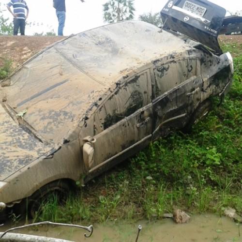 Policial militar capota carro ao desviar de buraco e cai em córrego na PI-366