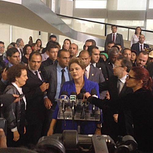 Dilma afirma que 'terceiro turno' da eleição é 'ruptura da democracia'