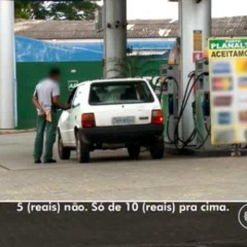 Postos de combustível descumprem lei e cobram valor diferente no cartão