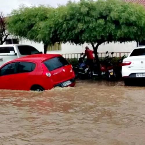 Chuva forte alaga ruas no centro da cidade de Simões; veja fotos