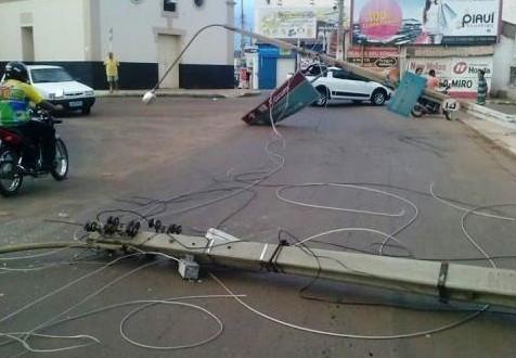 Caminhão derruba dois postes e energia elétrica fica comprometida no centro de Picos