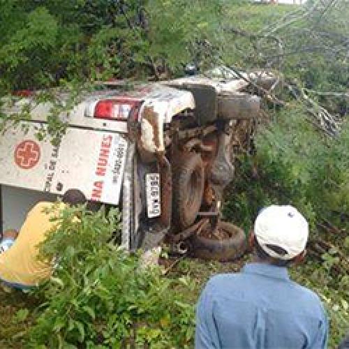 Ambulância que seguia para Picos capota na BR 230 e deixa uma pessoa morta