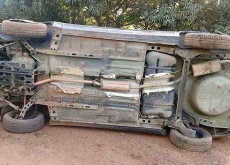 Quatro homens roubam carro e são presos após capotarem o veículo