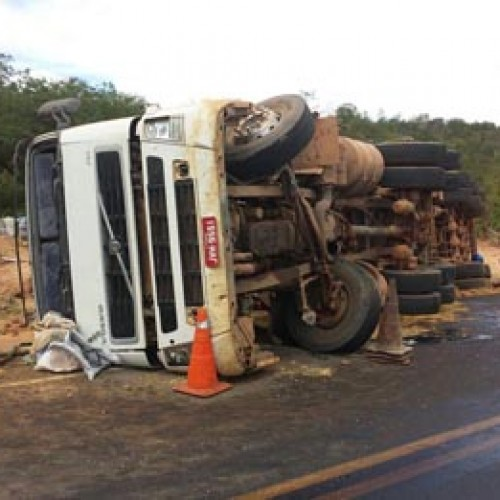 Caminhão tomba  em BR no Sul do Piauí