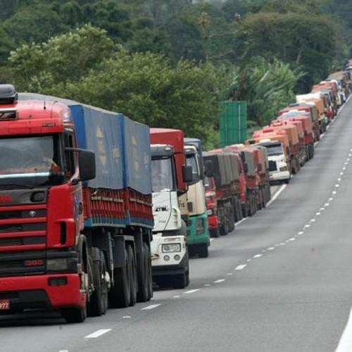 Lei dos Caminhoneiros entra em vigor; Jornada de trabalho de 8 horas e perdão das multas