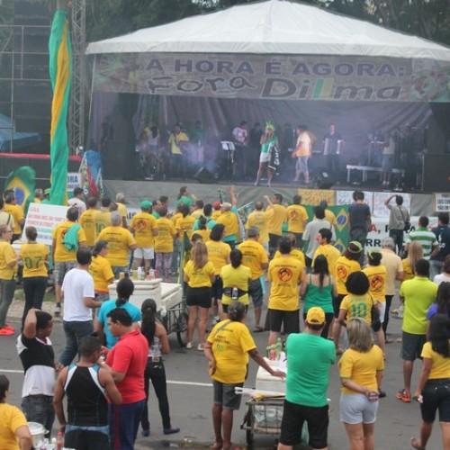 Mesmo com chuva, manifestantes fazem ato contra governo Dilma no Piauí