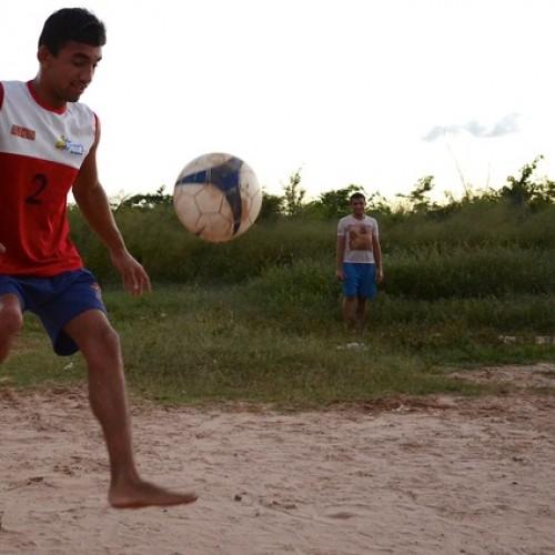 SUPERAÇÃO | O craque de muleta da periferia que dribla o preconceito via futebol