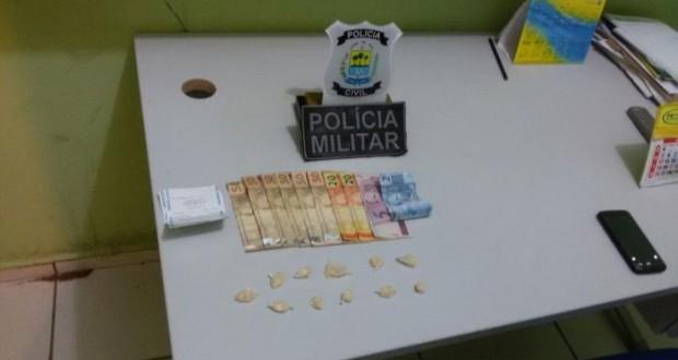 Jovem é presa vendendo drogas em frente à igreja em Simplício Mendes