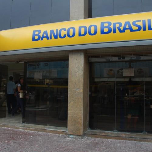 Mulher tem R$ 4 mil levados durante assalto na porta de agência bancária em Teresina