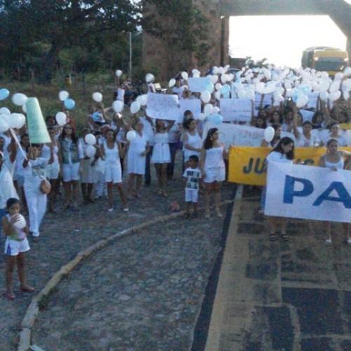 População pede 'justiça' e protesta contra violência em Castelo do Piauí