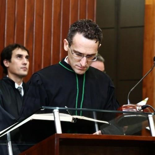 Ex-borracheiro estuda com 200 kg de resumos por 4 anos e vira juiz