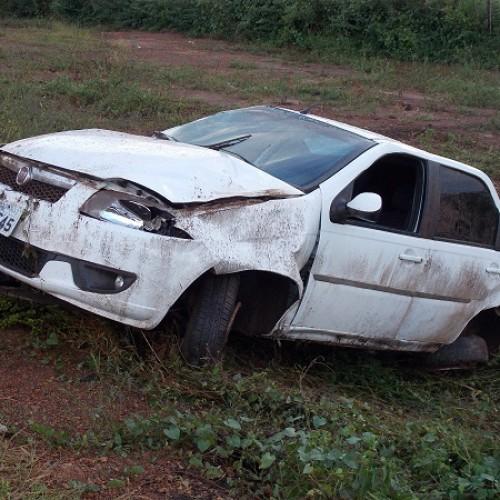 Carro capota na ultrapassagem e cai em barranco no Piauí