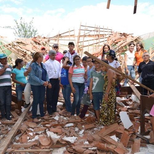 Bispo dom Plínio visita comunidade onde o teto da igreja desabou, no interior de Alegrete; fotos