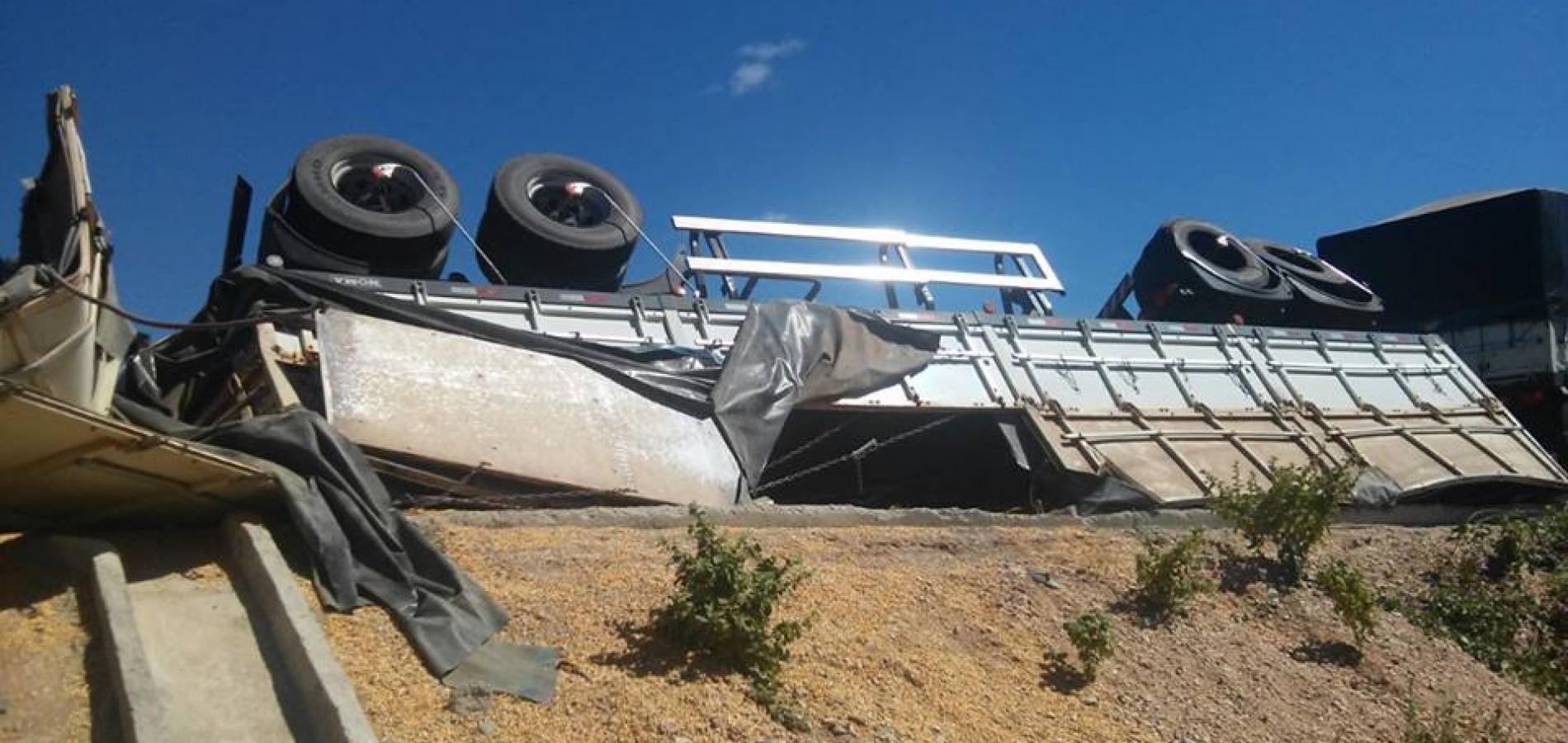 Carreta de milho tomba na PI-229 que liga Campo Grande a Jaicós; fotos!