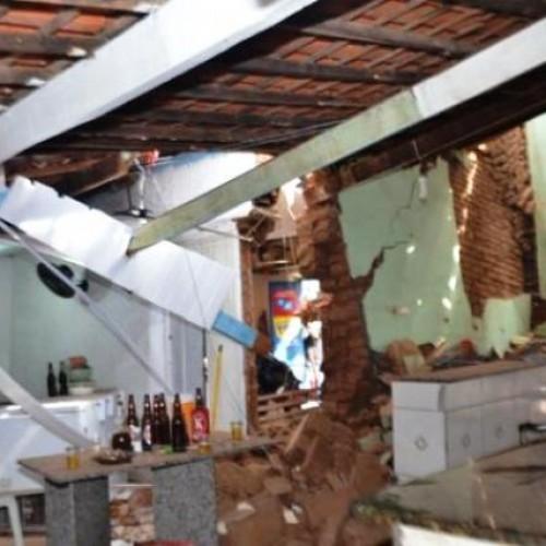 Parte do teto do Mercado Público de Picos desaba e atinge cozinheira
