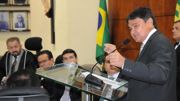 Governador defende reforma política e prevê retomada de obras