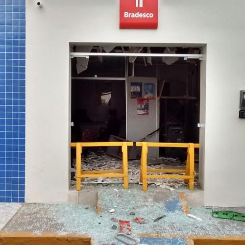 PADRE MARCOS   Homens encapuzados explodem Bradesco durante a madrugada; veja fotos
