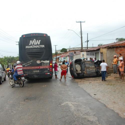 Ônibus de Banda de Forró do cantor Mano Walter se envolve em acidente