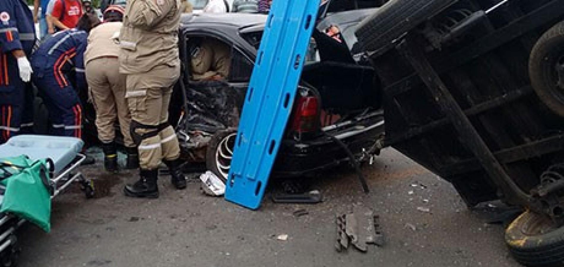Bandidos provocam acidente e casal fica preso às ferragensBandidos ... d3203a64808c0
