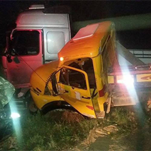Acidente envolve dois caminhões na BR-343; fotos!