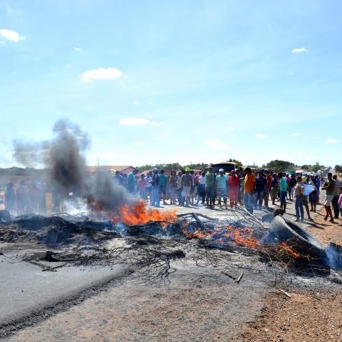 Populares interditam BR 316, provocam congestionamento de 10 km e confrontam com a PRF; veja fotos