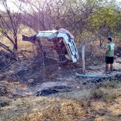 Motorista perde o controle e vira carro próximo a cidade de Massapê; fotos