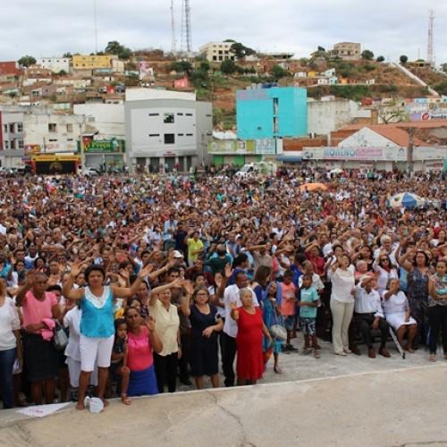 Fiéis lotam praça Justino Luz para prestigiar 165ª festa da padroeira de Picos